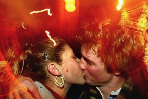 couple-in-love-kissing-2